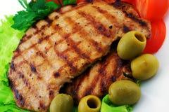 Carne asada a la parrilla con las verduras y las aceitunas Fotos de archivo