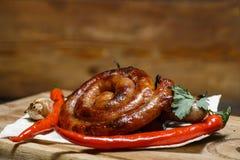 Carne asada a la parrilla deliciosa clasificada con la verdura sobre los carbones encendido imagenes de archivo