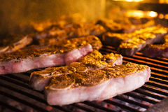 Carne asada a la parrilla en barbacoa Fotos de archivo