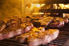 Carne asada a la parrilla en barbacoa Fotografía de archivo libre de regalías
