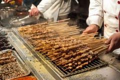 Carne asada a la parrilla en los palillos en el mercado de la noche de Wangfujing, Pekín Foto de archivo libre de regalías