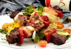 Carne asada a la parrilla en un escupitajo Imagenes de archivo