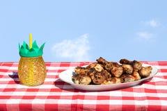Carne asada a la parrilla fresca del pollo y un vidrio de jugo en la tabla con Br imágenes de archivo libres de regalías