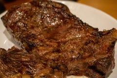 Carne asada a la parrilla fresca Hecho asado a la parrilla del filete de carne de vaca imagen de archivo