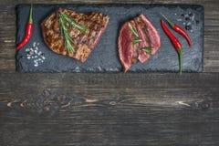 Carne asada a la parrilla fresca Hecho asado a la parrilla del filete de carne de vaca en tabla de cortar de madera Visión superi fotos de archivo libres de regalías