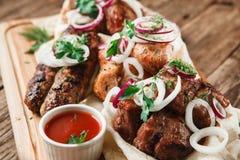 Carne asada a la parrilla mezclada a bordo Junk Food, gordura imagen de archivo libre de regalías