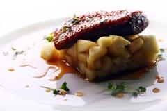 Carne asada a la parrilla servida en un estilo gastrónomo Imagen de archivo libre de regalías
