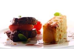 Carne asada a la parrilla servida en un estilo gastrónomo Imagen de archivo