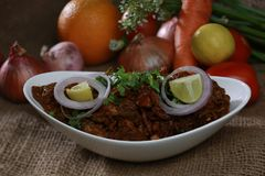 Carne asada picante india del pollo con las frutas y verduras sabrosas Fotos de archivo