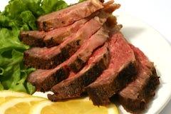 Carne asada rebanada en lechuga Imagenes de archivo