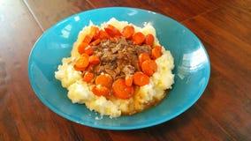 Carne asada y purés de patata con las zanahorias Fotos de archivo libres de regalías