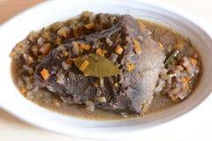 Carne assada antes de cozinhar e com prato imagem de stock royalty free