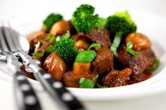 Carne assada com bróculos e cogumelos fotos de stock royalty free