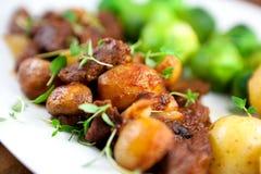 Carne assada com cogumelos e vegetais foto de stock royalty free
