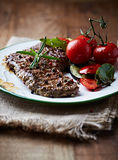 Carne assada com ervas e Cherry Tomato Fotografia de Stock Royalty Free