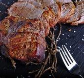 Carne assada na placa de pedra preta Imagens de Stock Royalty Free