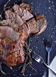 Carne assada na placa de pedra preta Foto de Stock