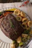 Carne assada sem cortes com pudins de Yorkshire Fotografia de Stock Royalty Free