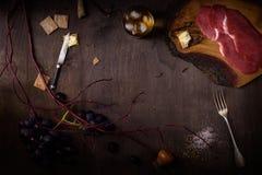 Carne, bife na placa de madeira escura Cozinhando o fundo, imagem de stock royalty free