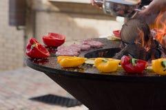 Carne, bifes e salsichas com os vegetais que cozinham na grade e em carvões ardendo sem chama barbecue fotografia de stock royalty free