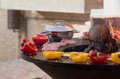 Carne, bifes e salsichas com os vegetais que cozinham na grade e em carvões ardendo sem chama barbecue foto de stock royalty free