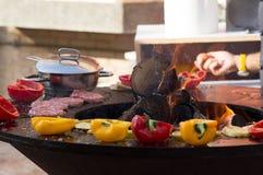 Carne, bifes e salsichas com os vegetais que cozinham na grade e em carvões ardendo sem chama barbecue imagens de stock royalty free