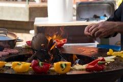 Carne, bifes e salsichas com os vegetais que cozinham na grade e em carvões ardendo sem chama barbecue fotos de stock