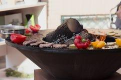 Carne, bifes e salsichas com os vegetais que cozinham na grade e em carvões ardendo sem chama barbecue imagem de stock
