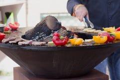 Carne, bifes e salsichas com os vegetais que cozinham na grade e em carvões ardendo sem chama barbecue fotos de stock royalty free