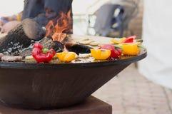 Carne, bifes e salsichas com os vegetais que cozinham na grade e em carvões ardendo sem chama barbecue foto de stock