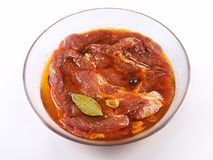 Carne, carne di maiale in marinata su una lastra di vetro Immagini Stock Libere da Diritti