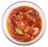 Carne, carne di maiale in marinata su una lastra di vetro Fotografia Stock