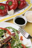 Carne Carpaccio; condimentos, colheita próxima do capsicum foto de stock royalty free