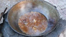 Carne che frigge nel fuoco di accampamento closeup archivi video