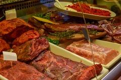 Carne colocada en contador en el mercado local de Helsinki foto de archivo libre de regalías