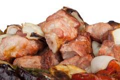 Carne com batatas, beringelas, tomates, cebolas e pimentas em t Foto de Stock