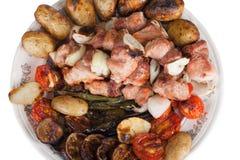 Carne com batatas, beringelas, tomates, cebolas e pimentas em t Imagens de Stock
