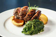 Carne com batatas e vegetais Fotografia de Stock Royalty Free