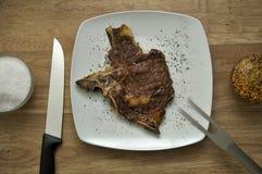 Carne com de cinzeladura da forquilha e do cozinheiro chefe fim da faca acima Imagem de Stock