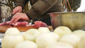 Carne com a faca na placa de corte imagens de stock