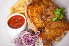 Carne com fritadas e molho da cebola vermelha fotos de stock