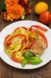 Carne con i peperoni arrostiti pasta e spezie su una tavola rustica di legno Fotografie Stock Libere da Diritti