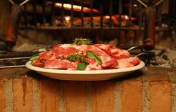 Carne con i rosmarini pronti ad essere cucinato sulla griglia Fotografie Stock