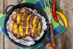 Carne con la hornada del membrillo en hoja en el horno Fotos de archivo libres de regalías