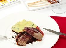Carne con la salsa de pimienta roja y la patata triturada Fotos de archivo