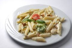 Carne con las pastas en la salsa blanca Imagen de archivo libre de regalías