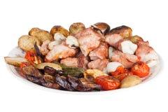 Carne con las patatas, las berenjenas, los tomates, las cebollas y las pimientas en t Foto de archivo libre de regalías