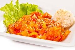 Carne con las verduras y el arroz en salsa dulce-amarga Imagen de archivo