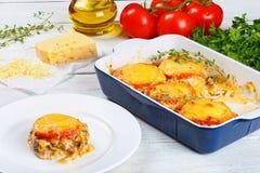 Carne con las verduras y el queso en la placa blanca Foto de archivo libre de regalías