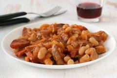 Carne con le salsiccie ed i fagioli Fotografie Stock Libere da Diritti
